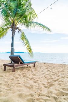 Presidenza di spiaggia, palma e spiaggia tropicale a pattaya in tailandia