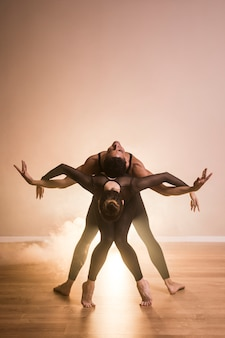 Prestazioni della coppia di balletto vista frontale