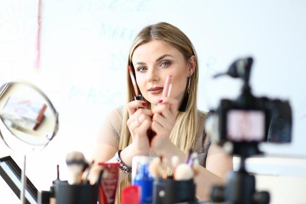 Pretty beauty vlogger promuove il prodotto di cosmetologia