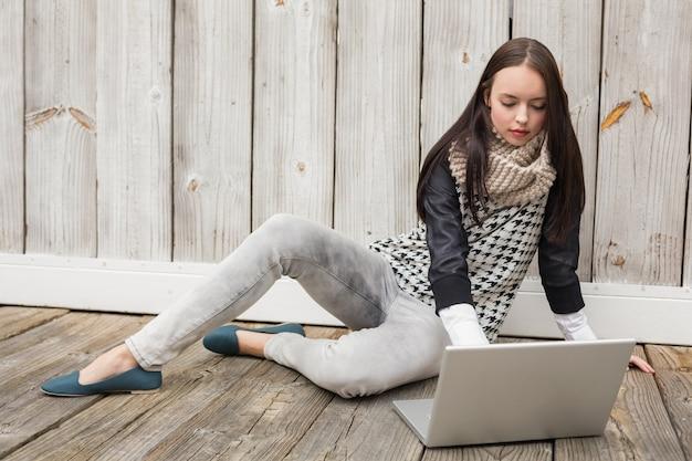 Pretty hipster con il suo laptop