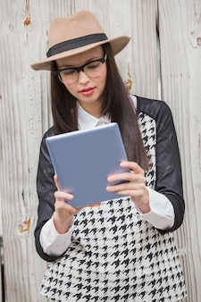 Pretty hipster con tablet pc