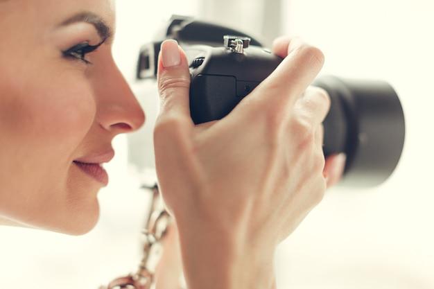 Pretty woman è una fotografa professionista con fotocamera dslr