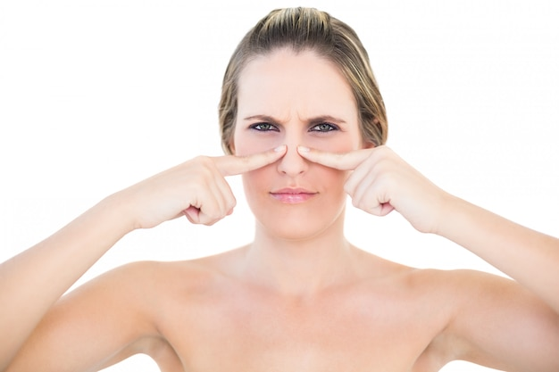 Pretty woman premendo il suo capo dal naso
