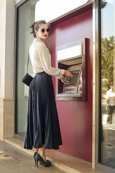 Pretty woman presso un bancomat