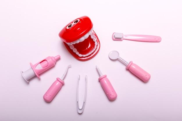 Prevenzione e cura dei denti dei bambini su bianco