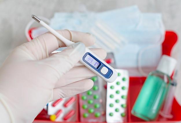 Prevenzione e cura dei virus: disinfezione delle mani, indossare maschere, assumere vitamine e farmaci antivirali