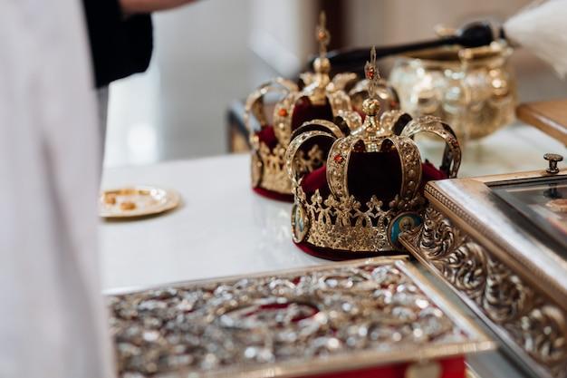 Preziose corone nuziali nella chiesa per il rituale sacro matrimonio