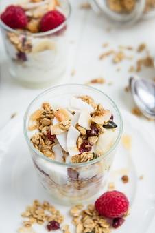 Prima colazione a base di yogurt e muesli a risparmio energetico