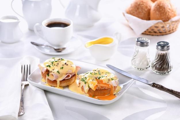 Prima colazione. best eggs benedict - panino inglese fritto, prosciutto, uova in camicia e deliziosa salsa al burro olandese