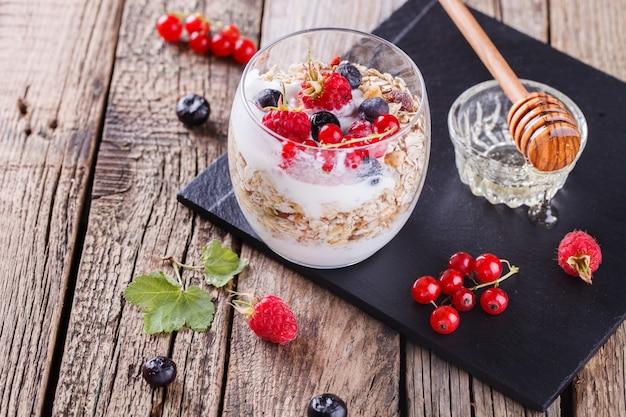 Prima colazione con muesli, yogurt. prima colazione sana di estate.