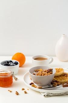 Prima colazione deliziosa del primo piano pronta per essere servita