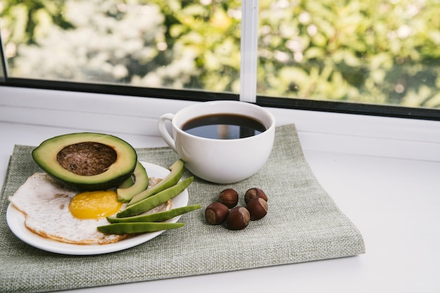 Prima colazione deliziosa vista frontale con sfondo sfocato