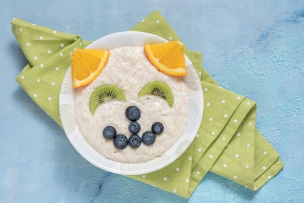 Prima colazione della farina d'avena del porridge del gattino del gatto