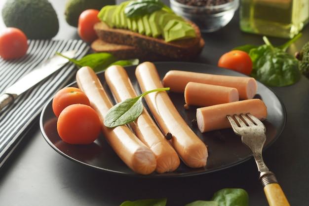 Prima colazione delle salsiccie del hot dog del pollo crudo