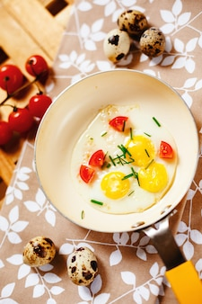 Prima colazione fresca con la padella delle uova fritte