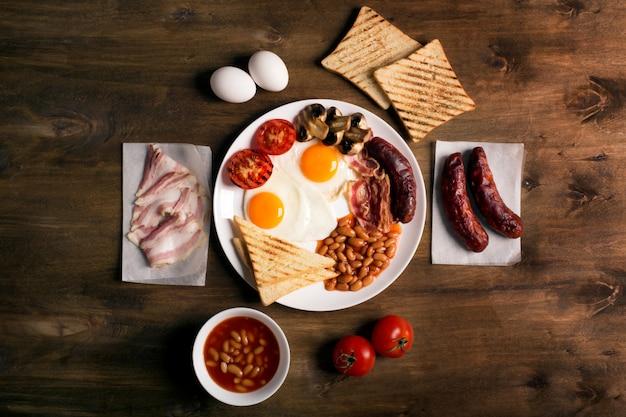 Prima colazione inglese su una tavola di legno marrone