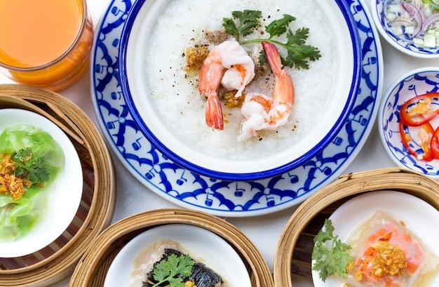 Prima colazione orientale impostata con set congee e dim sum.