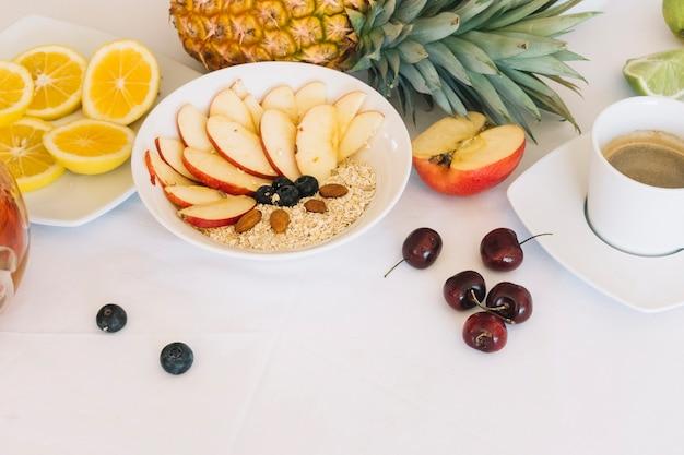 Prima colazione sana con caffè su priorità bassa bianca