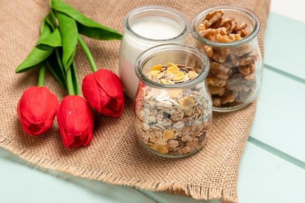 Prima colazione sana del primo piano con i tulipani