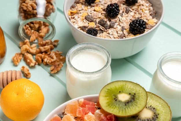 Prima colazione sana del primo piano con il muesli