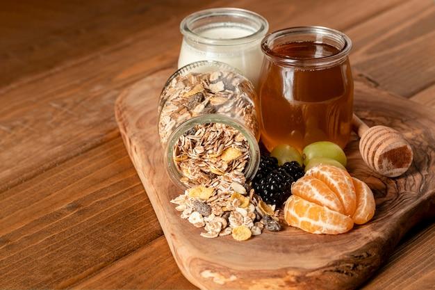 Prima colazione sana del primo piano sulla tavola