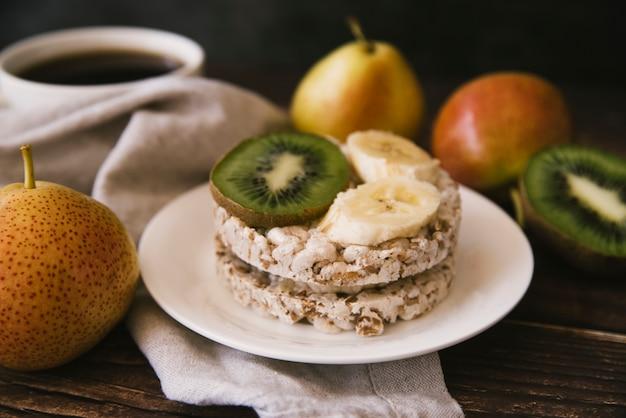 Prima colazione sana della frutta di vista frontale