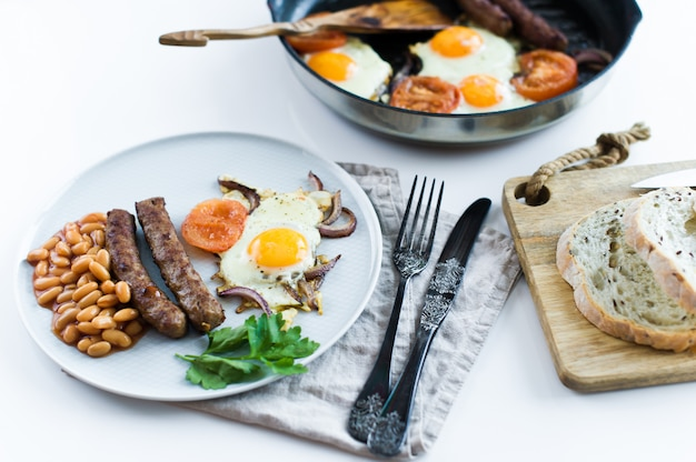 Prima colazione sana equilibrata su un piatto grigio su sfondo bianco.