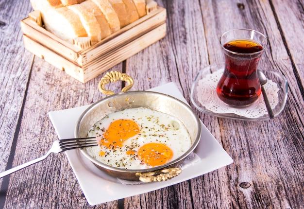 Prima colazione turca - uovo fritto, pane e tè - immagine