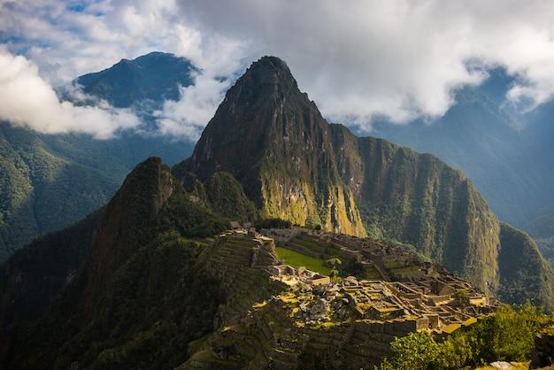 Prima luce solare su machu picchu, in perù