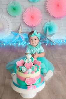 Prima ragazza e torta. turchese