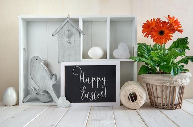 Primavera con decorazioni primaverili. vetrina con decorazioni pasquali, testo
