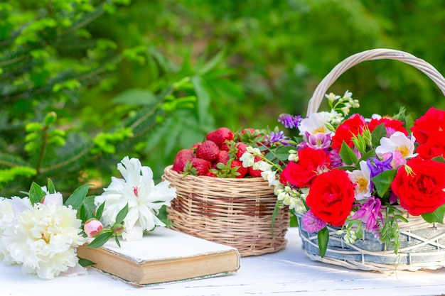 Primavera estate natura morta con un mazzo di fiori in un cesto