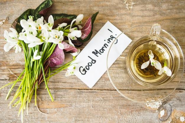 Primi bucaneve di fiori primaverili. buongiorno nota