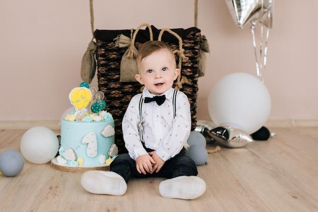 Primo compleanno del bambino. il bambino sorridente sveglio ha 1 anno. il concetto di una festa per bambini con palloncini