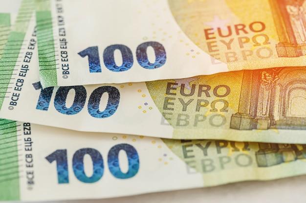 Primo piano a macroistruzione di trecentesimo euro banconote. concetto di denaro o di affari