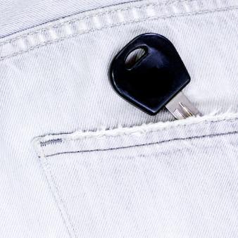 Primo piano alla tasca dei jeans con la chiave dell'automobile