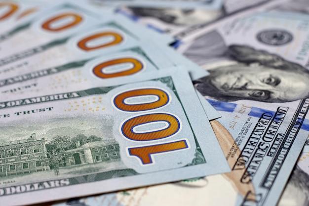 Primo piano americano delle banconote in dollari cento