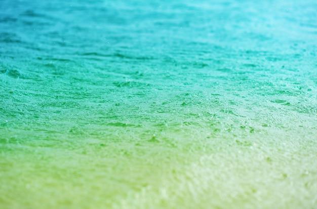 Primo piano azzurrato dell'acqua blu chiaro. riposa, crociera, viaggio, vacanze.