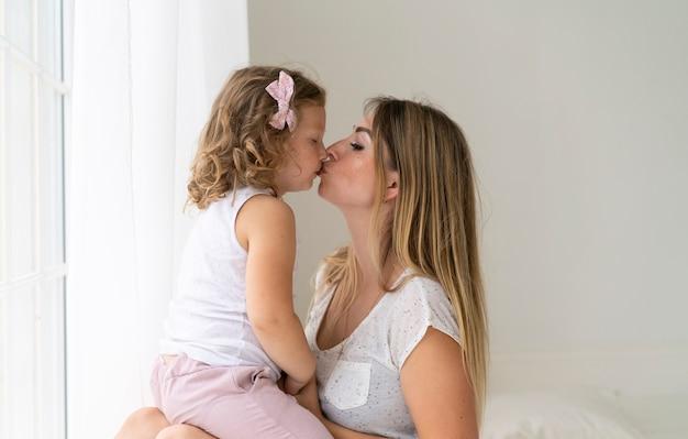 Primo piano baciare madre e figlia