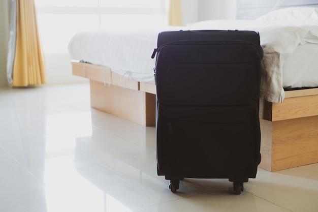 Primo piano bagaglio a mano nella camera d'albergo