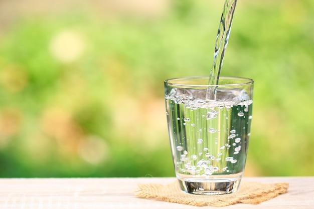 Primo piano bicchiere d'acqua