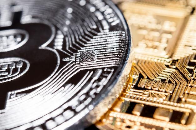 Primo piano bitcoin in argento e oro. macro.