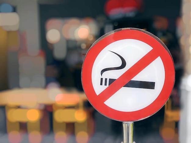 Primo piano circolare rosso e bianco segno non fumatori in luogo pubblico