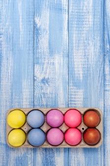 Primo piano colorato pollo colorato uova di pasqua