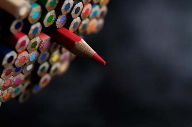 Primo piano con un gruppo di matite colorate, fuoco selezionato, rosso