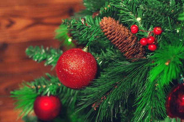 Primo piano decorato dell'albero di natale.