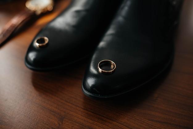 Primo piano degli accessori alla moda degli uomini durante i preparativi per il matrimonio.