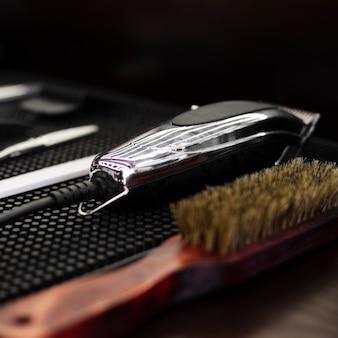 Primo piano degli elementi essenziali del negozio di barbiere professionale