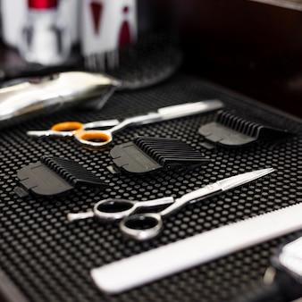 Primo piano degli elementi essenziali del negozio di barbiere