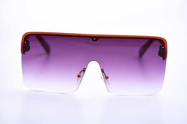 Primo piano degli occhiali da sole su un bianco isolato